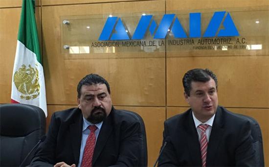 Eduardo Solís, presidente de AMIA, Rogelio Garza de la Secretaría de Economía