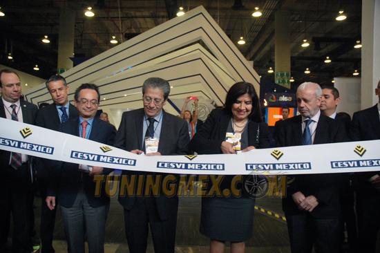 El Act. Ramón González, presidente del Consejo de Cesvi México, acompañado del Ing. Angel Martínez, director del corporativo, cortaron el listón inaugural de la décimo quinta edición de Expo CESVI.