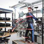 Implementa Ford traje especial con 15 sensores de movimiento para reducir tasa de lesiones de sus empleados