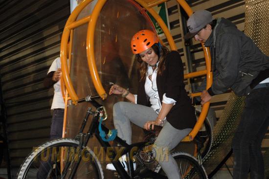 Como buena hermana del Checo Pérez, Paola fue la primera en probar y dar la vuelta completa, en las bicicletas giratorias.