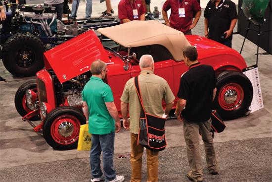 134/5000 Mientras que los modelos más nuevos están ganando popularidad en los shows de hot rod, los clásicos de antes de la guerra como este roadster '32 también tienen muchos seguidores.