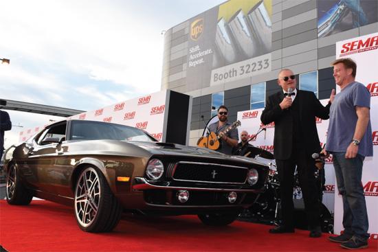 Muchos consumidores buscan combinar estilos clásicos y comodidades modernas. Chip Foose (derecha) Mach 1 Mustang '71 es un ejemplo perfecto. El cuerpo se sienta en una moderna plataforma Mustang GT '10 con una distancia entre ejes extendida.