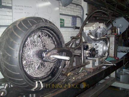 En el caso de los neumáticos nos enfocamos a dos marcas, principalmente es Avon y Metzeler porque son desarrolladas principalmente para mercado custom