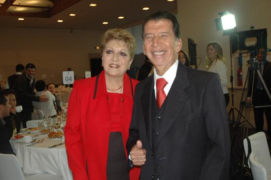 Rodolfo llegó acompañado de su bella esposa María Irene Correa