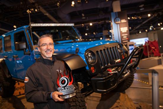 Pietro Gorlier, presidente y director ejecutivo, servicio de marca MOPAR, partes y servicio al cliente, el Grupo Chrysler, acepta el premio 4x4-SUV Hottest para el '14 / '15 Jeep Wrangler.