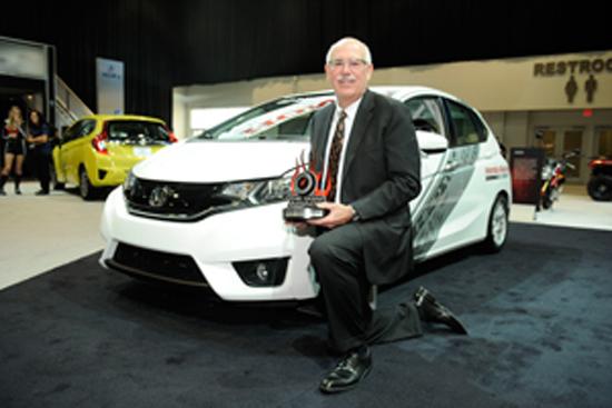 Jeff Conrad, vicepresidente senior y gerente general de la División de Honda, recibe el premio Sport compacto más Hottest para el Honda Fit '15