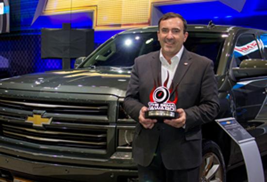 Alan Batey, presidente de GM Norteamérica, director global de la marca Chevrolet, acepta el premio Camión más Hottest para el '14 / '15 Chevrolet Silverado.