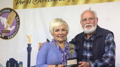 Photo of Microfono de oro para Alberto Navarro Llamas, por sus  50 años, cronista automotriz