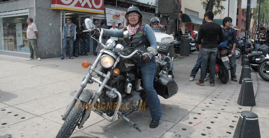 Photo of Mujer motociclista en el día Internacional de la mujer